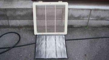 クリーニング前のフィルターと吸い込みグリル 天井カセット形エアコン4方向吹出