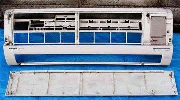 クリーニングする前の壁掛形エアコンのパネル