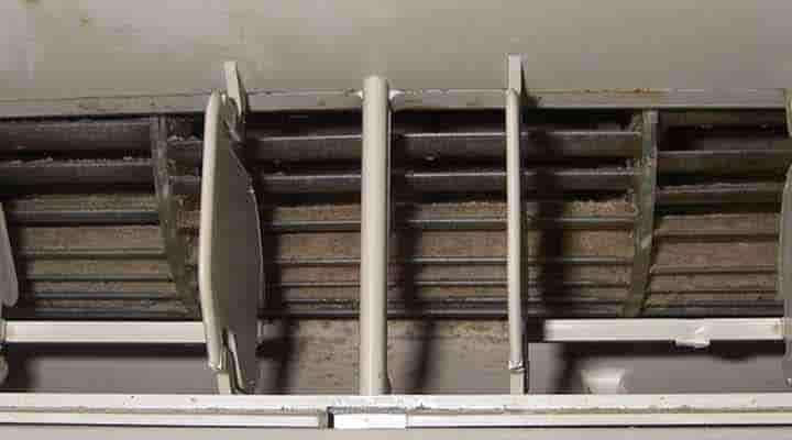 クリーニング前のファンと吹出口 神戸の壁掛形エアコン