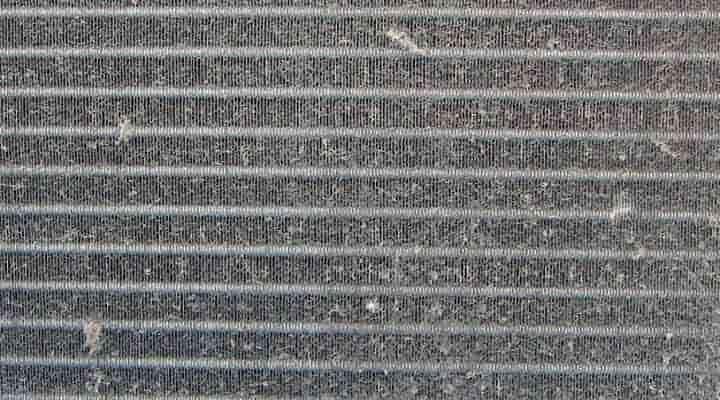 クリーニング前の熱交換器 神戸の床置形エアコン(アップ)