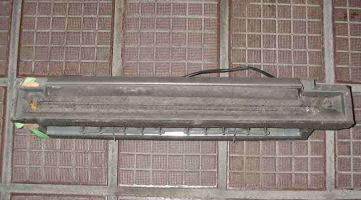 クリーニング前のドレンパン 大阪の床置形エアコン