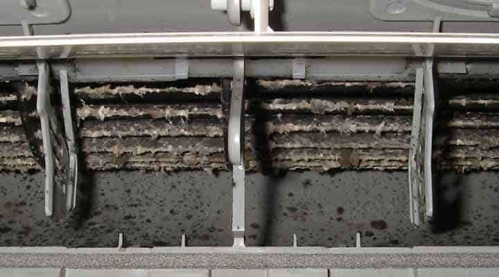 クリーニング前のファンと吹出口 京都の壁掛形エアコン