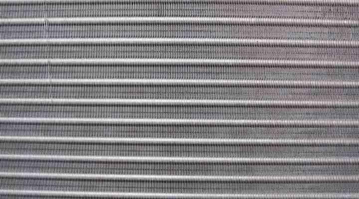 クリーニング後の熱交換器 大阪の床置形エアコン(アップ)