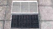 クリーニング後のフィルターと吸込グリル 大阪の天井吊下形エアコン