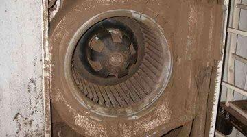 クリーニング前のファン 床置形エアコン